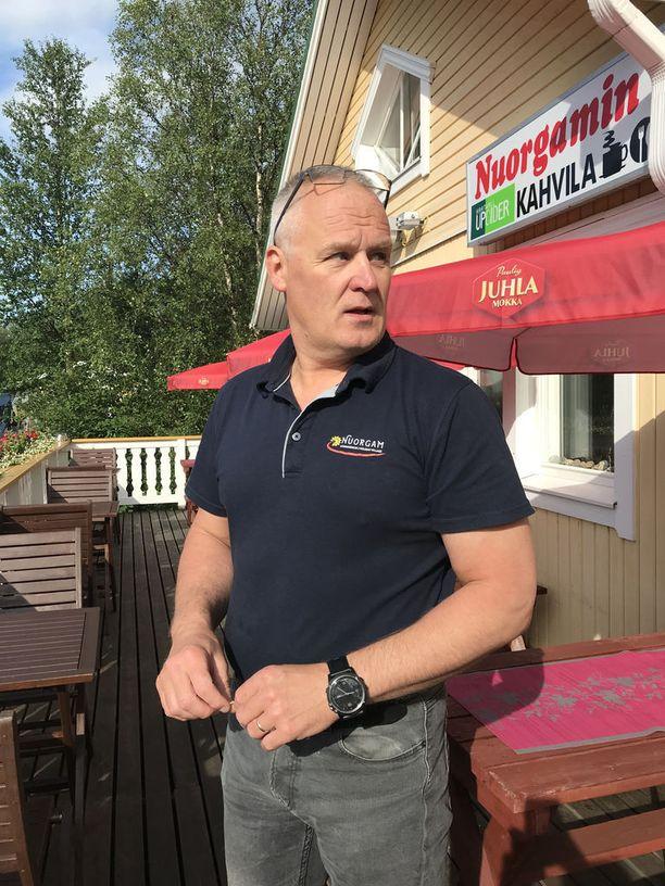 Matkailuyrittäjä ja keskustalainen kuntapoliitikko Raimo Hekkanen toivoo, että myös majoitusliikkeille myönnettäisiin kalastuslupia Tenojoelta.