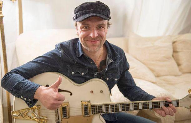 Joona Jalkanen esittelee isänsä Gretsch-kitaraa. Soitin on yksi esineistä, joiden huutokauppaa Aki Palsanmäki seuraa erityisellä mielenkiinnolla.