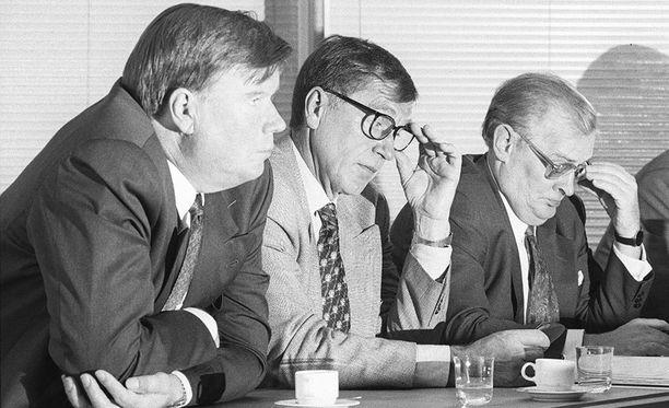 Tauno Matomäki (vas.) kertoo, että idänkaupassa monella neuvottelupartnerilla oli tiedustelutausta. Kuva vuodelta 1995.