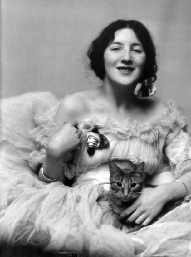 Nuori Audrey poseerasi valokuvaajan kissan kanssa.