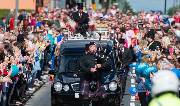Kuvatoimisto AOP:n mukaan tuhannet ihmiset saapuivat kaduille seuraamaan hautajaissaattuetta.