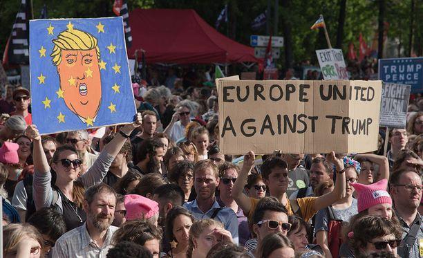 Mielenosoittajat vastustivat Trumpia Brysselissä.