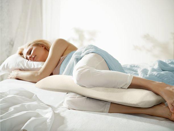 Tyyny polvien välissä nukkuminen saattaa kertoa kuluneesta patjasta.