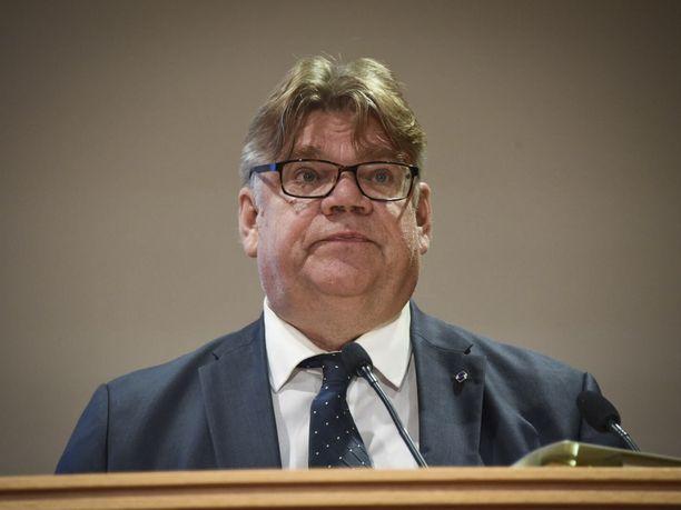 Ulkoministeri Timo Soinin (sin) suosio matelee pohjamudissa, selviää tuoreesta HS-gallupista.