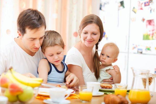 Yksi syy kaventuneisiin syntymäväleihin on, että ensisynnyttäjien ikä on noussut ja hedelmällisyyden laskeminen pelottaa monia.