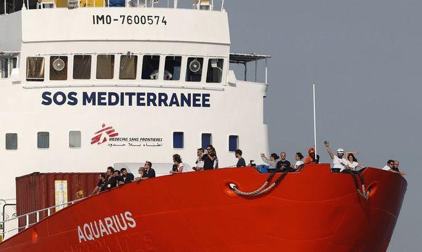 Aquaruksen miehistön jäsenet vilkuttivat kannelta, kun alus saapui perjantaina Marseilleen.
