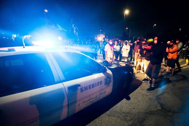 Mielenosoittajat kerääntyivät Westmontin poliisiasemalle Los Angelesissa maanantai-iltana.