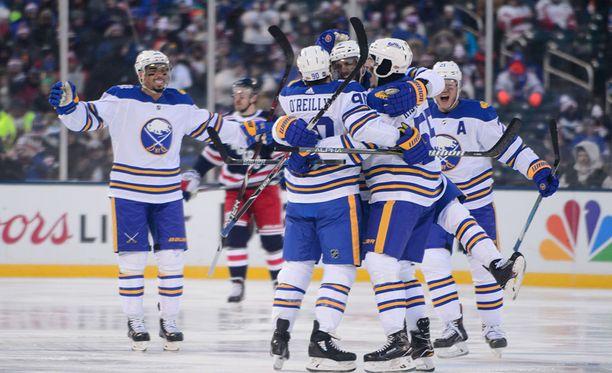 Buffalo Sabres juhlii Rasmus Ristolaisen (toinen oikealta) tekemää 2-2-tasoitusta kolmannessa erässä.