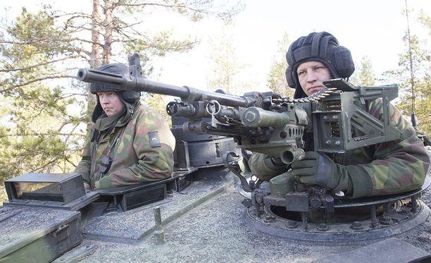 Kiistan aiheeksi nousi, onko Jussi Niinistön ehdottama sotaharjoitus puolustusselonteon mukainen vai ei.