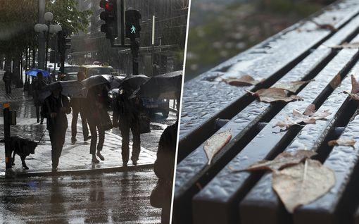Kääntyneitä sateenvarjoja ja märkiä varpaita luvassa – Viikonloppuna sataa, tuulee ja ukkostaa