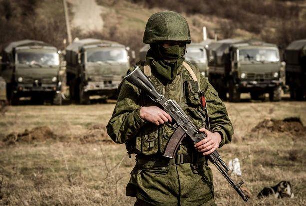 Käytännössä ihmiset Krimillä tiesivät, että tunnuksettomat sotilaat ovat venäläisiä, ja Venäjäkin asian myöhemmin myönsi.