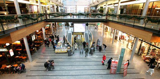 VAROTOIMENPIDE Kauppakeskuksen liikkeitä suljettiin korjausten ajaksi.