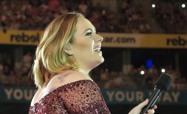 Adele tyhjensi palkintopöydän Grammy-gaalassa. Adelen 25-albumi valittiin vuoden parhaaksi albumiksi. Kiitospuheessaan suosikkilaulaja kiitti valitsijoita, manageriaan, miestään ja poikaansa.