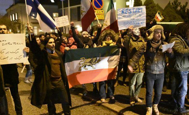 Mielenosoittajat kerääntyivät Iranin suurlähetystön eteen Helsingissä. Kuvassa Suomen lippua heiluttaa tapahtuman järjestäjä Arvin Adriyan.