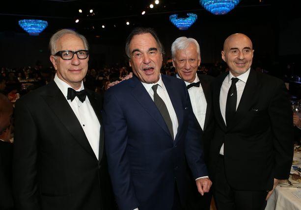 Salvador-elokuvasta Oscar-ehdokkuuden vuonna 1986 napannut näyttelijä James Woods (toinen oik.) ja elokuvan ohjaaja Oliver Stone (kolmas oik.) helmikuussa 2017.
