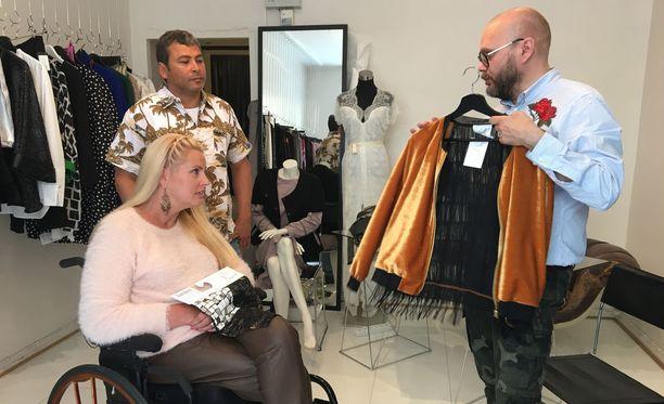 Lalli Savolainen esitteli Katille erilaisia malleja lähtökohdaksi tuleville puvuille.