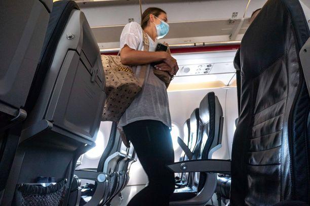 Lentokoneissa on nykyisin maskipakko, jollaista ei vielä alkukeväästä ollut.