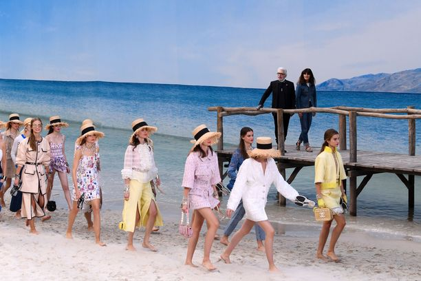 Chanelin suunnittelija Karl Lagerfeld on tunnettu visioistaan muotinäytösten suhteen.