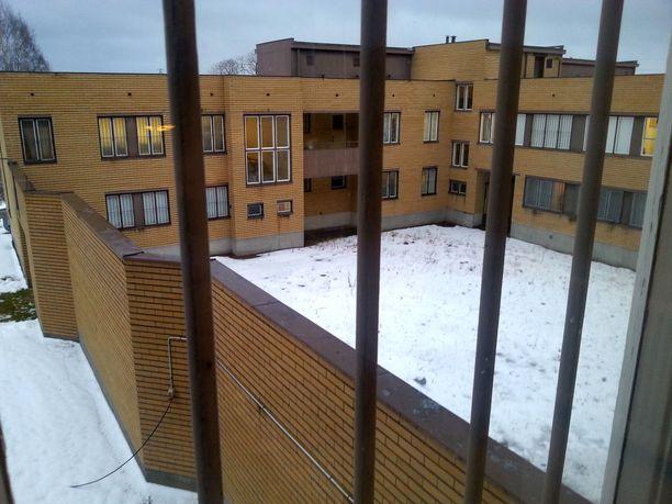 Hämeenlinnan keskustan pohjoispuolella oleva keltatiilinen naisvankila näkyy hyvin läheiselle Kolmostielle.