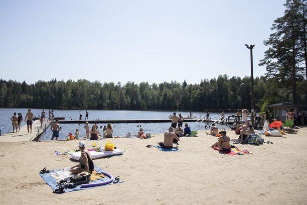 Kuusijärven uimarannalla oli maanantai-iltana levotonta. Kuva perjantailta.