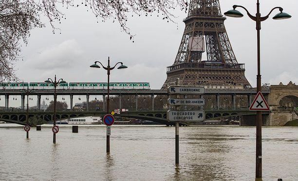 Joen pinnan ennustetaan nousevan kuutisen metriä.