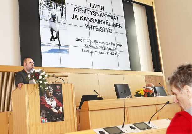 Lapin maakuntajohtaja Mika Riipi puhumassa Suomi-Venäjä-seuran kevätseminaarissa vuonna 2015.
