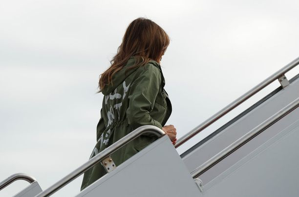 Melania Trump nousemassa lentokoneeseen Marylandissa.