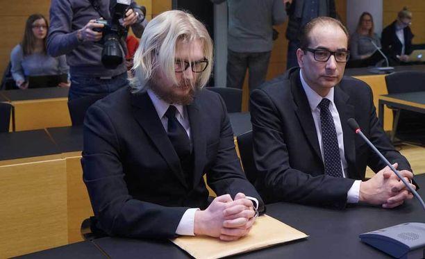 Hovioikeus tuomitsi 29-vuotiaan Jukka-Matti Romppaisen murhasta. Kuva on käräjäoikeudesta. Pitkähiuksisen syytetyn rinnalla istuu asianajaja Heikki Lampela.