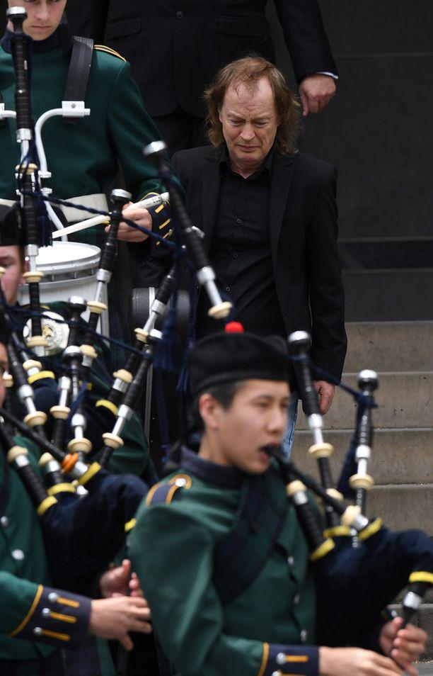 Angus Young nähtiin liikuttuneena veljensä hautajaisissa.