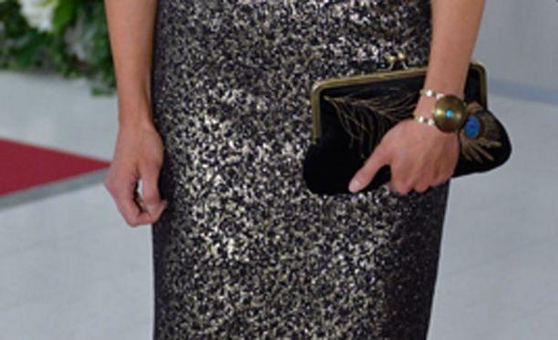 Jennin laukkua koristi riikinkukon sulkaa muistuttava painatus.