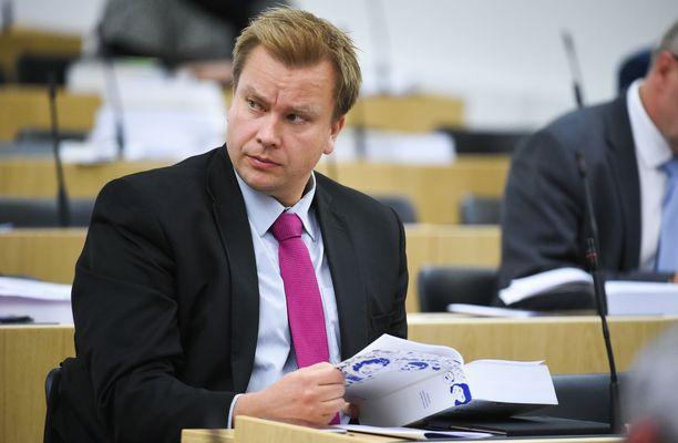 Keskustan eduskuntaryhmän puheenjohtaja Antti Kaikkonen oli maanantaina huojentunut mies.
