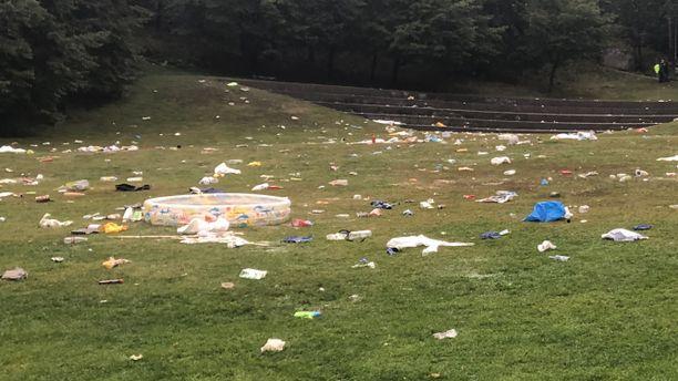 Helsingin Alppipuistoon oli jätetty lojumaan esimerkiksi muovinen kahluuallas.