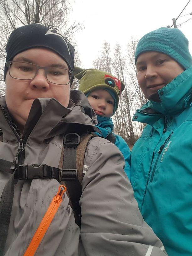 Piia, 38, (vasemmalla) ja Maija, 37, ulkoilemassa Niilo-poikansa kanssa.