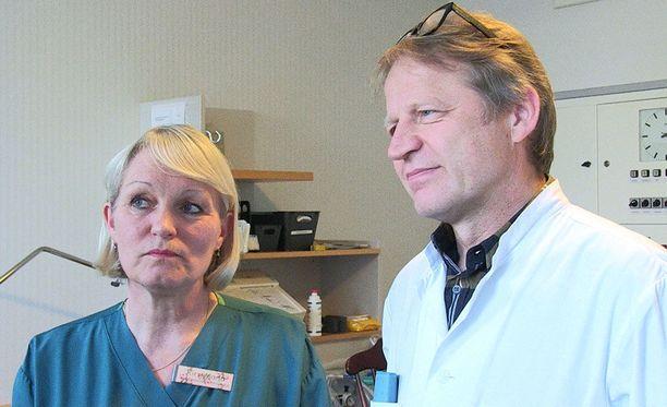 Apulaisosastonhoitaja Kirsi-Maria Mattila ja ylilääkäri Oskari Heikinheimo. Mattila on saattanut kätilönä maailmaan satoja lapsia.