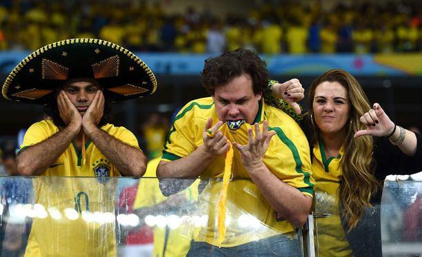 Tämä herra päätti syödä Belo Horizonten Mineirao-stadionilla Brasilian pelipaidan iltapalaksi.