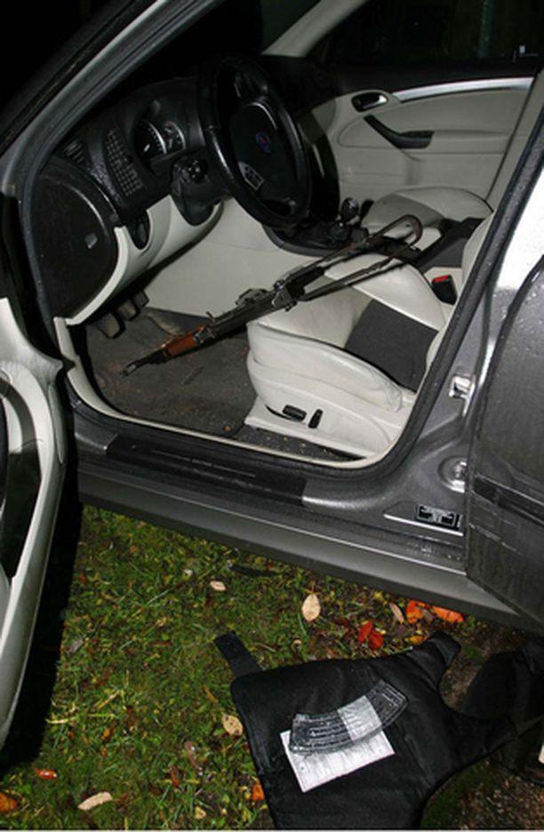 Epäillyiltä löydettiin kiinnioton yhteydessä aseita.