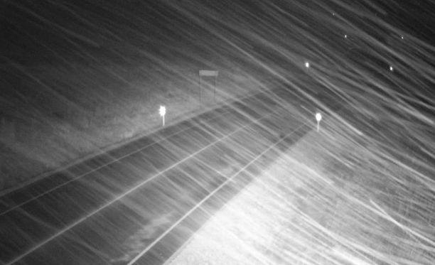 Maanantaille on luvassa ennusteiden mukaan lumimyrsky. Kuvassa näkyy lumipyryä Etelä-Viron kelikamerasta julkaistusta kuvasta.
