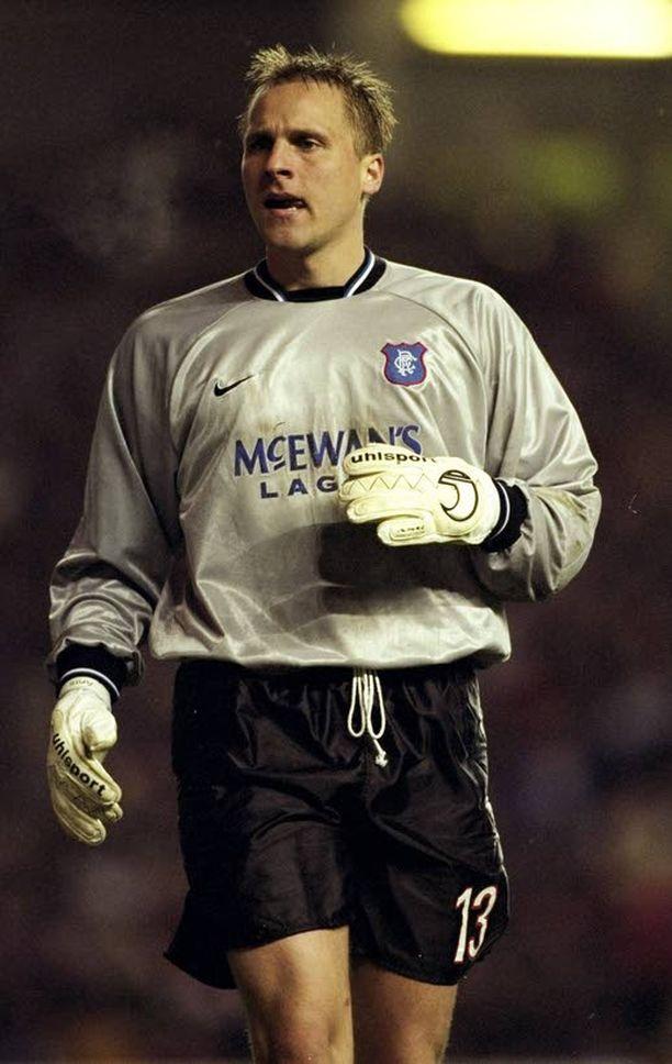 Rangersin Antti Niemi koki kovia Glasgow'n derbyssä 1998.