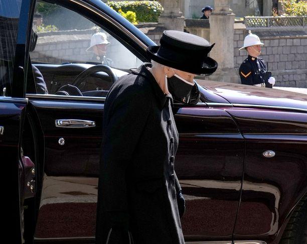 Kuningatar Elisabet saapui prinssi Philipin hautajaisiin Pyhän Yrjön kappelille.