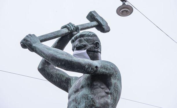 Helsingissä Kolmen sepän patsas on ollut puettuna koronaviruksen vuoksi hengityssuojaimiin.