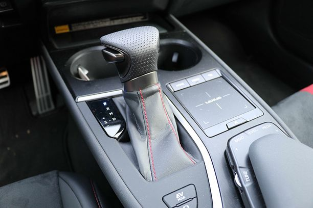 Portaaton automaatti toimii kivuttomasti, mutta tehokiihdytyksissä moottoriulvonta lisääntyy kierrosten lisääntyessä.