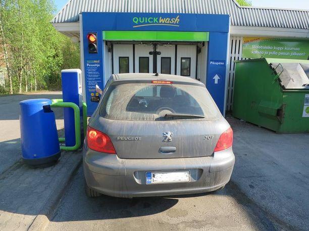 Kun auton on oikeasti likainen, niin se vaatii tehokkaimman pesun. Peugeot 308 ja upotettiin Nesteen Loistopesuun.