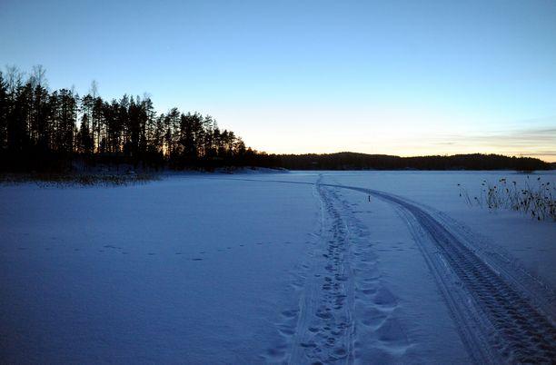 Kunnanvaltuuston puheenjohtajan kommentti järven jäällä liikkuneista mopoilijoista herätti keskustelua. Kuvituskuva.