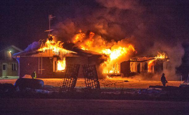 Omakotitalon tuhonneen palon sytyttäjäksi epäillään noin 45-vuotiasta miestä, joka löydettiin palopaikan lähettyviltä pahoin palaneena.
