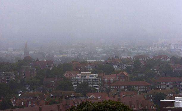 Sumuinen näkymä Sussexista, Iso-Britanniasta, jossa paljastui laiton asetehdas.