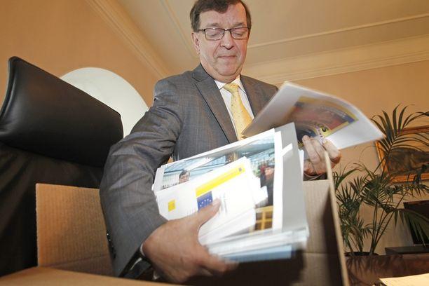 Paavo Väyrynen siivosi työhuoneensa ulkoministeriössä viime kevään eduskunnasta putoamisen jälkeen.