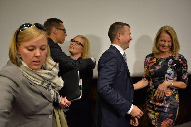 Alexander Stubb halasi uutta sosiaali- ja terveysministeri Laura Rätyä. Edessä kokoomuksen puoluesihteeri Taru Tujunen, oikealla uusi maa- ja metsätalousministeri Petteri Orpo juttelee uuden Eurooppa- ja ulkomaankauppaministeri Lenita Toivakan kanssa.