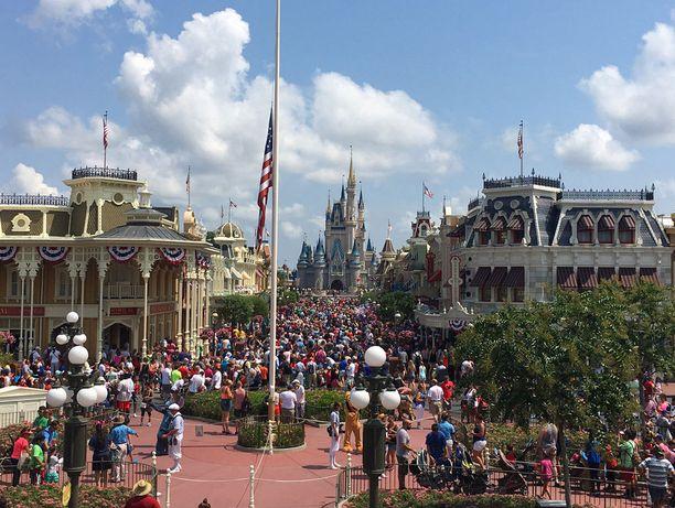 Disneyn huvipuistossa oli lippu puolitangossa homoklubin murhien takia.