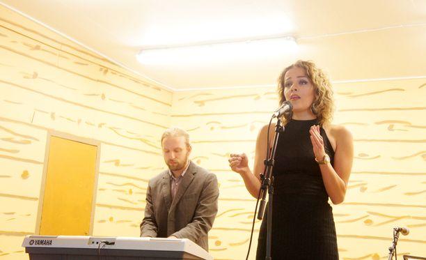 Ailan Isabella-tytär esitti juhlavieraille Johanna Kurkelan Rakkauslaulun.