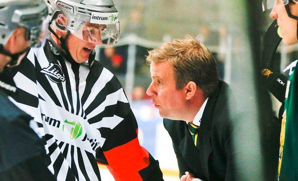 Ilveksen luotsi Sami Hirvonen keskusteli tuomarien kanssa keskiviikkona Hakametsän jäähallissa.